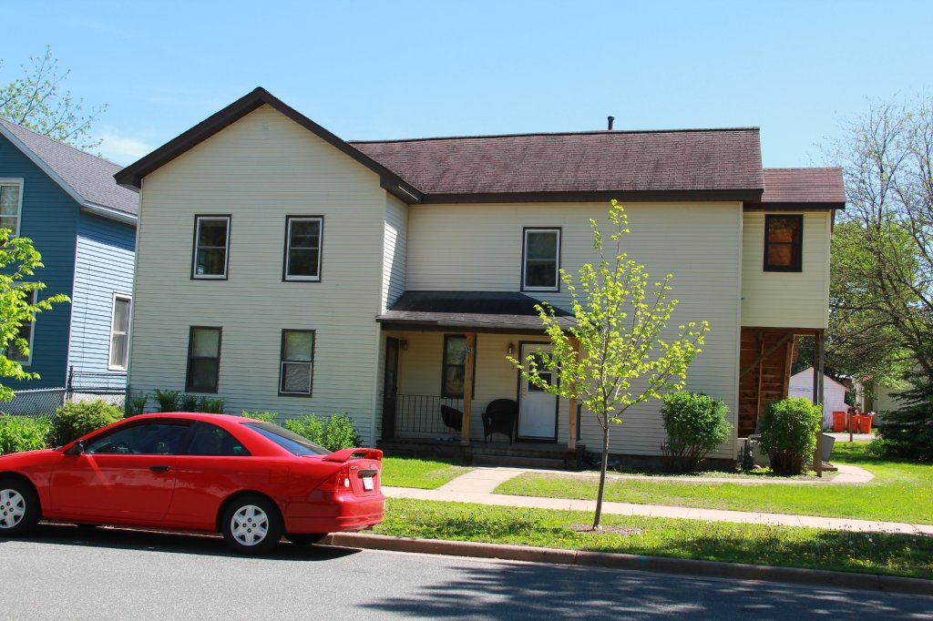 527 Niagara St, Apartment 3 | UWEC Student Apartment for Rent